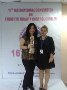 Beyoğlu ilçesinde bulunan Galata Okçumusa Ortaokulu lider öğretmeni Kübra Karahanoğlu ve destek öğretmen Pınar Erhatır ödüllerini Hindistan'da yapılan törende aldılar.