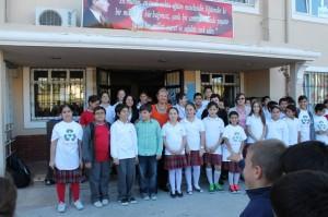 Üsküdar atatürk İlkokulu öğrencileri ödüllerini alırken