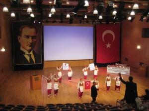 Ödül Töreni Enka Okulları salonunda yapıldı. Tören Tekirdağ, Çorlu, Velimeşe İlköğretim Okulunun Folklor ekibinin gösterisiyle başladı