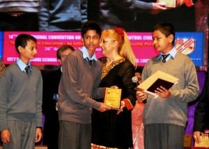 Nepalli öğrenciler ödüllerini alırken...